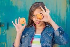 Flicka och kakor arkivfoto