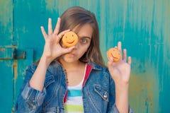 Flicka och kakor Arkivbilder