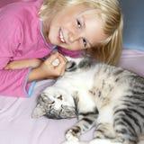 Flicka och katt Fotografering för Bildbyråer