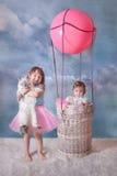Flicka och katt med ballongen Arkivbilder