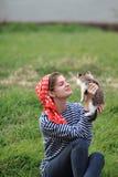 Flicka och kattunge Fotografering för Bildbyråer