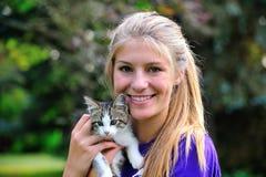Flicka och kattunge arkivfoto
