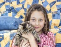 Flicka och kattunge Arkivbild
