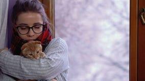 Flicka och kattunge Vinter arkivfilmer