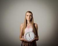 Flicka och klocka Arkivbilder