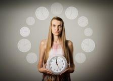 Flicka och klocka Arkivfoton