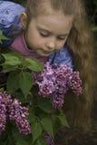 Flicka och lila Fotografering för Bildbyråer