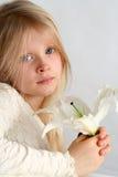Flicka och liljar royaltyfri fotografi