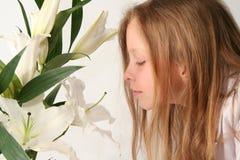 Flicka och liljar Fotografering för Bildbyråer