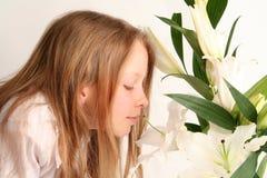 Flicka och liljar arkivfoton