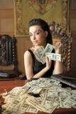 Flicka och många dollar Arkivfoton