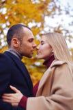 Flicka och man eller vänner på datumkram Par som är förälskade i park Höstdatummärkningbegrepp Man och kvinna med lyckliga framsi royaltyfri bild