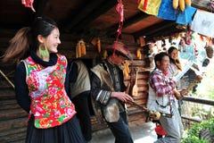 Flicka och man som tillsammans sjunger, den etniska minoriteten Arkivfoto