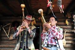 Flicka och man som tillsammans sjunger, den etniska minoriteten Arkivbild