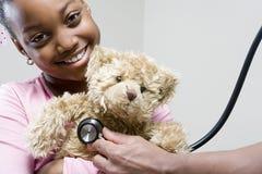 Flicka och nalle med stetoskopet Royaltyfri Bild
