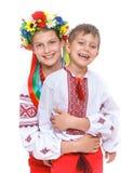 Flicka och pojke i den nationella ukrainska dräkten Arkivfoton
