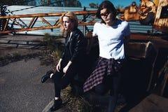 Flicka och pojke i den vita t-skjortan med långt hår på grungebakgrund Royaltyfria Bilder