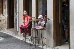 Flicka och pojke i ett kafé fotografering för bildbyråer