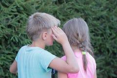 Flicka- och pojkesamtal Fotografering för Bildbyråer