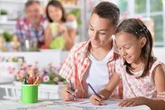 Flicka- och pojketeckning Arkivfoto