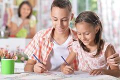 Flicka- och pojketeckning Royaltyfria Bilder