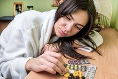 Flicka och preventivpillerar arkivfoton