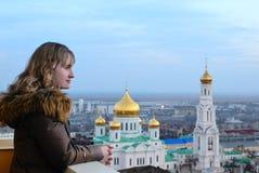 Flicka och religion. Domkyrka. Rostov-On-Don. royaltyfri fotografi