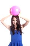 Flicka- och rosa färgboll Royaltyfri Foto
