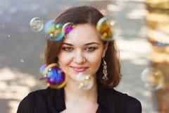 Flicka och såpbubblor arkivbild