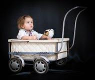 Flicka och sittvagn Royaltyfri Bild