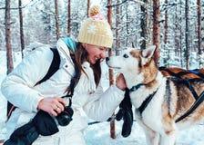 Flicka och skrovlig hund i släden Finland i Lapland i vinter arkivfoton