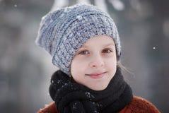 Flicka och snöflingor Fotografering för Bildbyråer