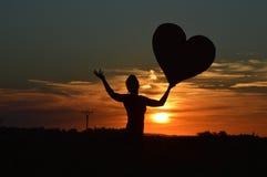Flicka och solnedgång royaltyfri foto
