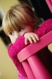 Flicka och stolsstående Fotografering för Bildbyråer