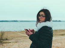 Flicka och telefon arkivfoton