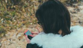 Flicka och telefon arkivfoto