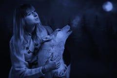 Flicka och varg i den djupa skogen Royaltyfria Foton