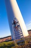 Flicka och windturbine Arkivbild