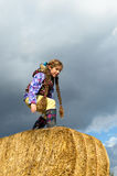 Flicka omkring som hoppar Arkivfoto