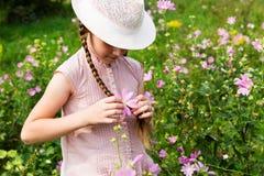Flicka på ängen med blommor Royaltyfri Bild