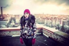 Flicka på överkanten av hög byggnad Arkivbilder