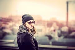 Flicka på överkanten av hög byggnad Royaltyfri Fotografi