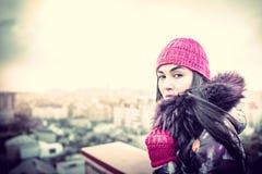 Flicka på överkanten av hög byggnad Fotografering för Bildbyråer
