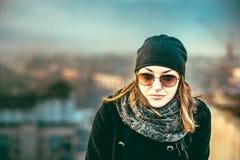 Flicka på överkanten av hög byggnad Royaltyfria Bilder