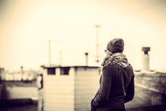 Flicka på överkanten av hög byggnad Royaltyfri Bild