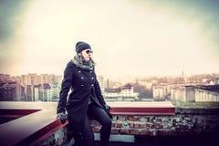 Flicka på överkanten av hög byggnad Arkivfoton
