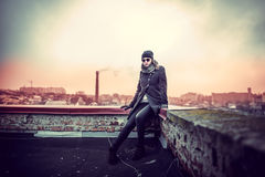 Flicka på överkanten av hög byggnad Royaltyfria Foton