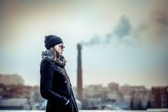 Flicka på överkanten av hög byggnad Royaltyfri Foto