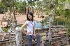Flicka på bakgrunden av djur och naturen av biopark i Valencia Royaltyfri Fotografi