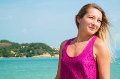 Flicka på bakgrunden av havet Fotografering för Bildbyråer